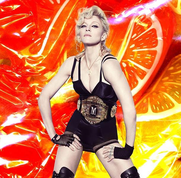 """Na obálce a dalších fotografiích svého nového alba Hard Candy, které vévodí prodejním žebříčkům po celém světě, má hudební diva na krku zlatodiamantový kříž z kolekce Chopard Happy Diamonds a na ruce originální prsten z 258 briliantů s nápisem """"M-dolla"""", jak je Madonnin pseudonym v hip hopu."""