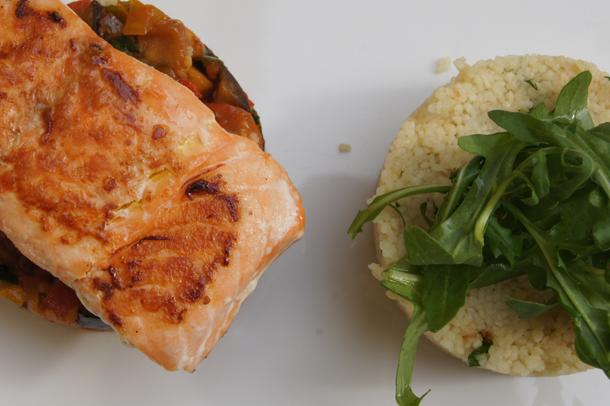 Grilovaný losos s cous-cous a zeleninovým ratatouille