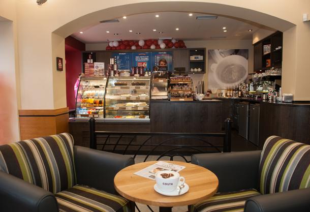 """Nová kavárna Costa Coffee  nabízí jedinečný moderní design – """"Evolution"""" styl – první tohoto typu u nás."""