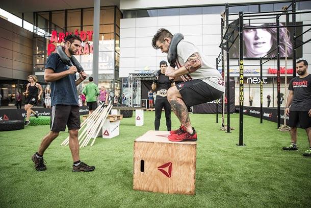 Značka Reebok připravila v rámci unikátního projektu The Gym Is Everywhere 40 tréninkových spotů přímo v ulicích české metropole