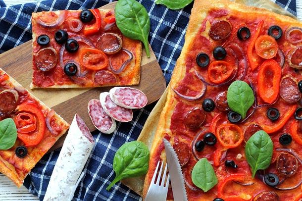 Recept: Pizza s fuetem, červenou cibulí a olivami