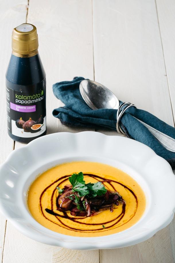 Recept: Mrkvový krém se zázvorem, koriandrem a červenou cibulkou restovanou s fíkovým balzamikovým krémem Kalamáta Papadimitriou